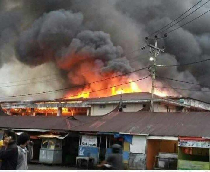 Pasar Atas Bukittinggi terbakar