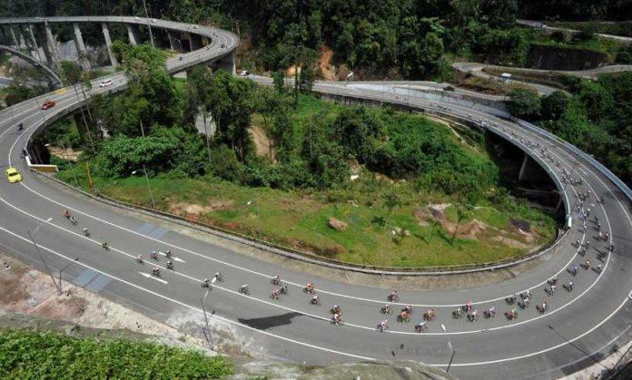 Peserta Tour de Singkarak melewati Kelok 9