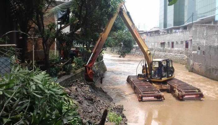 Alat berat atasi penyebab banjir