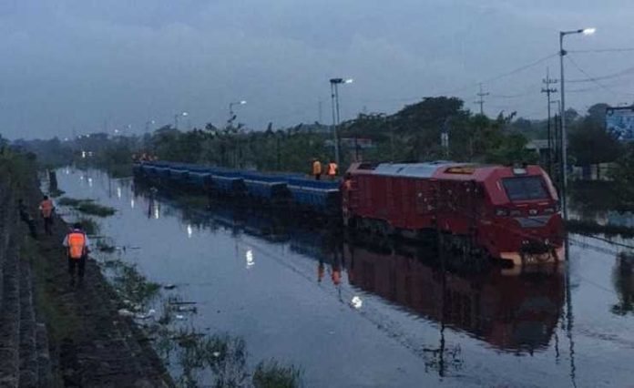 Rel terendam banjir