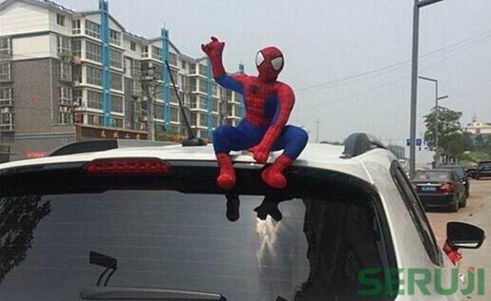 Boneka di atas mobil