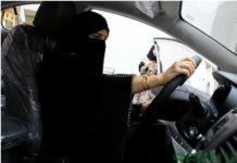 Wanita Saudi memeriksa sebuah mobil di showroom otomotif