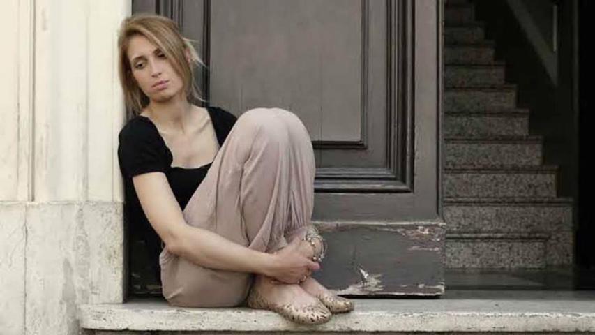 ilustrasi wanita duduk di depan pintu